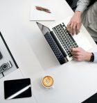 accountant achter laptop controleert en rapporteert
